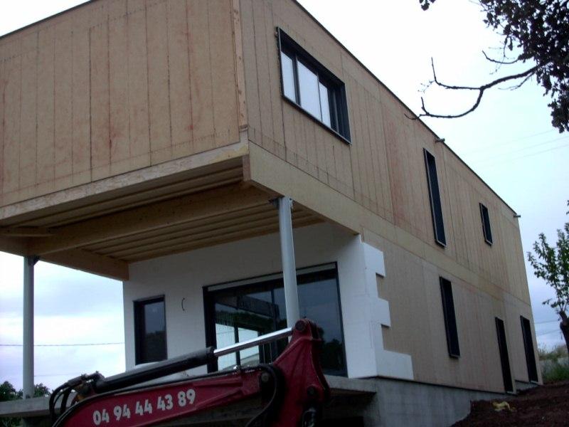 Maison contemporaine à ossature bois sur sous sol avec enduit de finition et bardage douglas à FREJUS 83 VAR REGION PACA