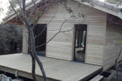 Maison ossature bois sur pilotis en bardage meleze entouré d'une terrasse bois à LE VAL 83143 dans le VAR region PACA [800x600] (1)
