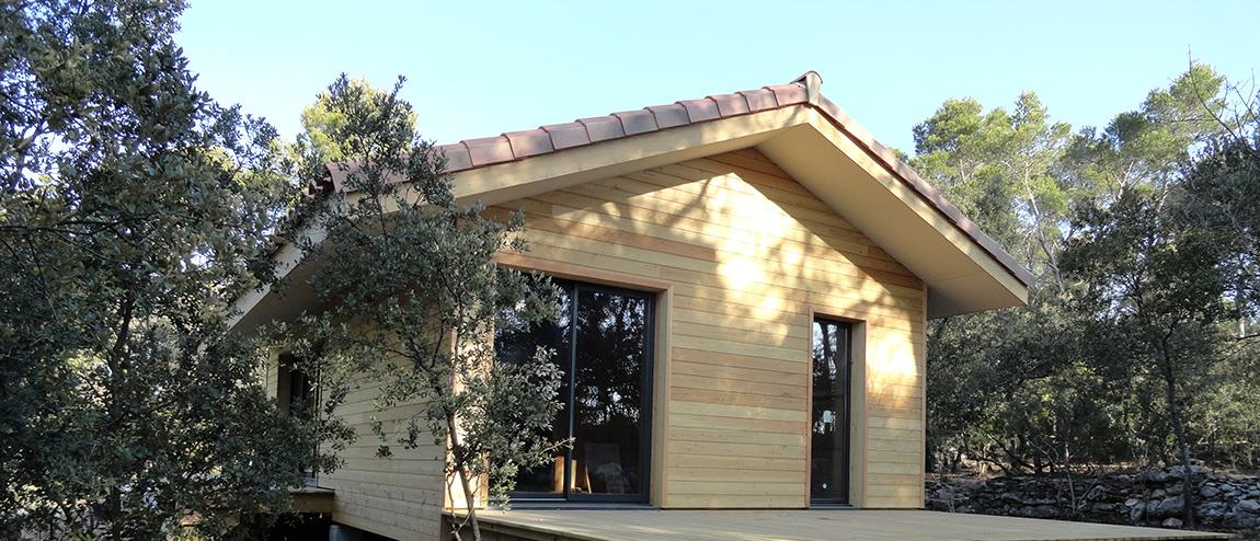 Maison ossature bois sur pilotis du bardage bois laque for Bardage maison ossature bois